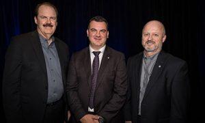 Dan Hogg, directeur financier, Steve Leal, PDG de Fix Auto World et Yves Roy, directeur général du réseau Fix Auto au Québec.